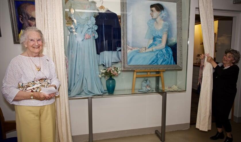 Mevrouw Ilona Sandbergen-Praetorius onthult samen met Josta de Graaf-Gieltjes de vitrine met werk van haar vader.