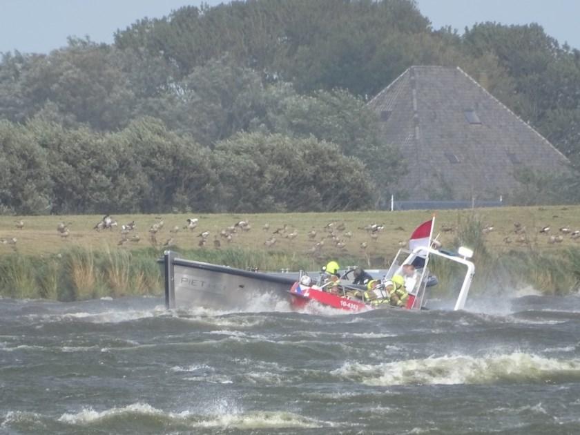 De brandweerboot in actie op het Alkmaardermeer