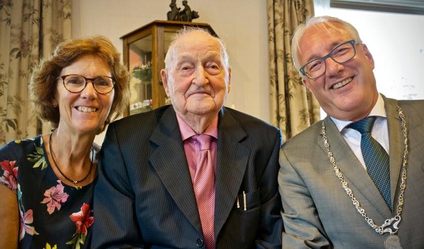Burgemeester Hans Romeyn en zijn vrouw Els kwamen de 100-jarige feliciteren.