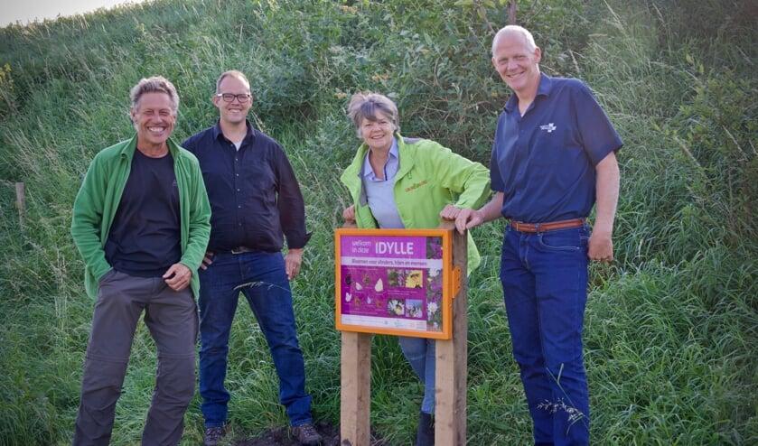 Onthulling bord idylle. Vlnr: Jan Adrichem, René van Zilt, Mercedes Docter en Gerard Bak.