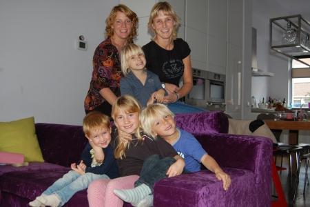 Maaike Reuvers (bovenin links) en Kirstin Smit (bovenin rechts) en hun kinderen verheugen zich op de komst van Sinterklaas naar IJburg