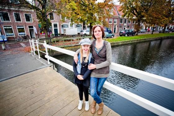 Cathelijne Kok en haar moeder, op de achtergrond het pand waar het restaurant moet komen