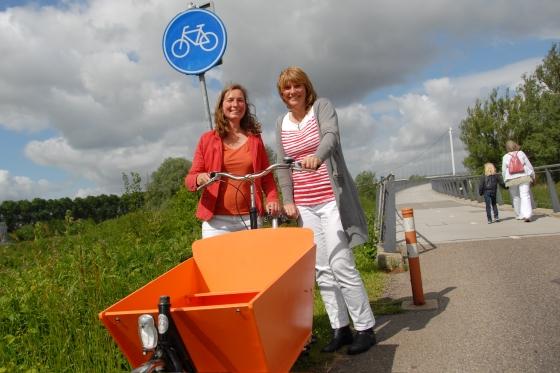 Janine Hogendoorn (links) en Sandra Hueber zijn fietsminded.