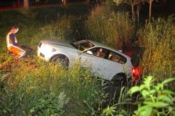 Bergers halen auto uit de sloot. Foto: Bob Awick
