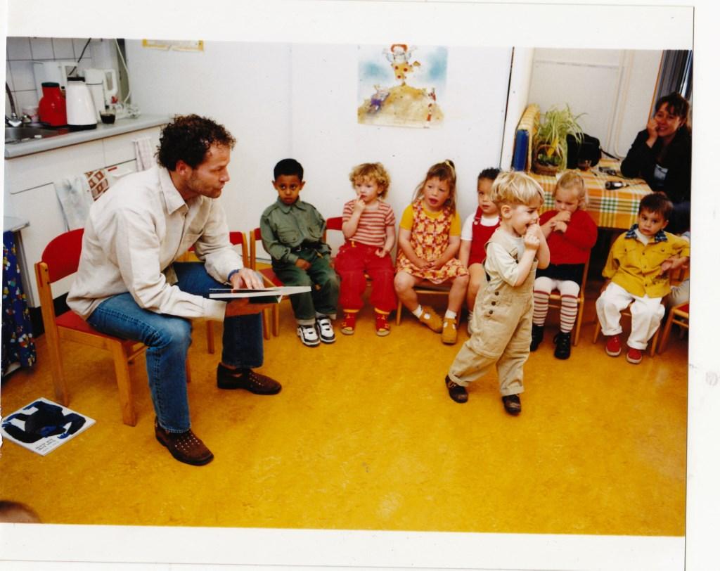Vader Danny Blind leest in mei 1999 voor in peuterspeelzaal 't Kloddertje.  © Enter Media