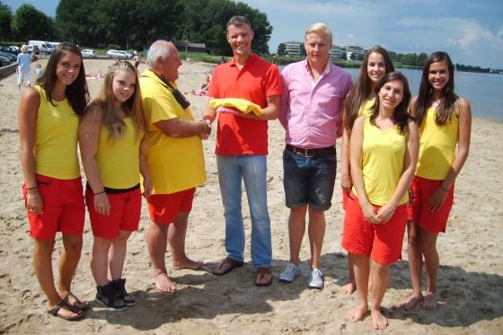 Martin Dirkse van MD-Services overhandigt de nieuw kleding