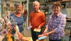 Jan showt samen met de dames Else (links) en Thea, die de winkel in Eemnes bemensen, de speciale Tony's Chocolonely chocolade.