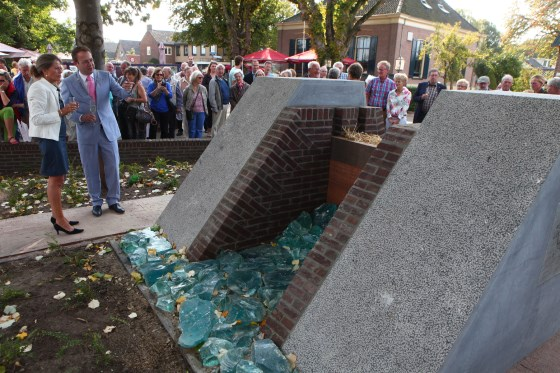 Dijkgraaf Tanja Klip-Martin onthulde samen met burgemeester Roland van Benthem het watermonument