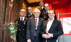 Chris Kamsteeg (r), Nico Kalwij (l), Edwin van den Hurk (linksachter) en Mike Torres (rechtsachter) samen met burgemeester Van Bochove en Raymond Terweij van post Weesp (achteraan).