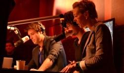 Carmen Verheul aan het werk in de studio van Radio 2.