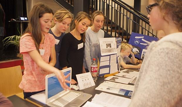 De meiden van de Dr. Maria Montessorischool vertellen over hun project om waterverspilling tegen te gaan. Ze werden uiteindelijk tweede.