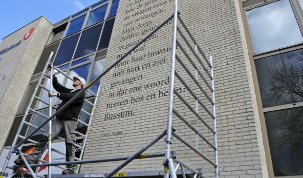 Bussumsnieuws eerste muurgedicht op muur bibliotheek - Muur bibliotheek ...