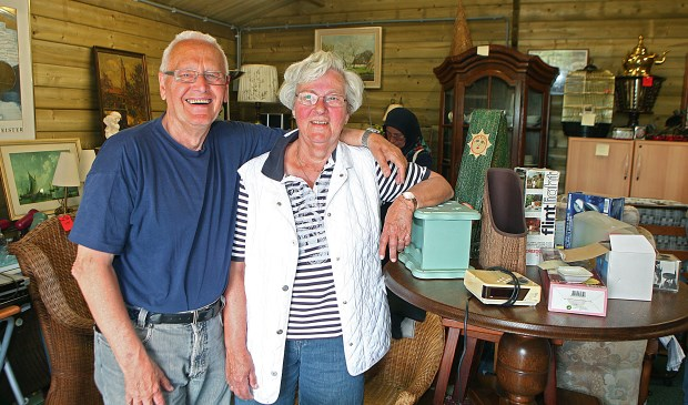 Harry en Marjan de Bruijn van de Stichting Servitas in de kringloopwinkel aan de Poolvos 2.