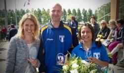 Sandra Vrijenhoek, Alex van der Kolk en Dewi Dekker ontvangen een FC Weespertje.