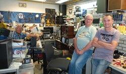 Eddy Bunschoten (r) begon ooit zelf met repareren van audio en video bij de kringloopwinkel en is nu voorzitter van het bestuur.