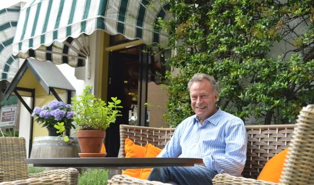 Nino de Boer op een van zijn favoriete plekken, het terras van 't Tolhuis.