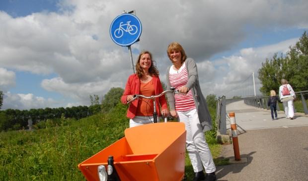 Janine Hogendoorn (links) en Sandra Hueber schakelen met hun fietsprojecten naar de volgende versnelling.