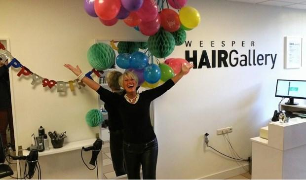 Patricia in de kapsalon. Foto: Facebook Weesper Hairgallery