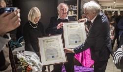Aukje en Gjalt Zondergeld krijgen de onderscheiding van burgemeester Van Bochove.