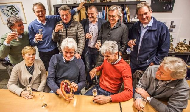 Lieuwe Veerman toont trots de award aan zijn eveneens vereerde vrienden van Uiteraard Uitermeer.