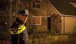 Wijkagent Menno Mulder bij een donkere hoekwoning tijdens zijn ronde door de wijk. Hier kunnen inbrekers zo binnen en snel weer weg zijn met de buit.