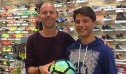 Van de eigenaar van sportzaak Sportief ontving Niels al een gloednieuwe voetbal.