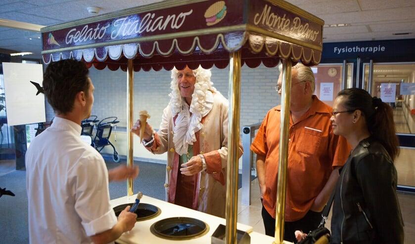 Een ijsje voor bezoekers van Tergooi in Blaricum ter gelegenheid van het 10-jarig bestaan na de fusie met Ziekenhuis Hilversum.