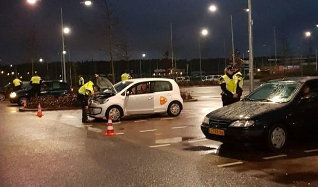 Aspiranten aan het werk bij een grootscheepse verkeerscontrole.