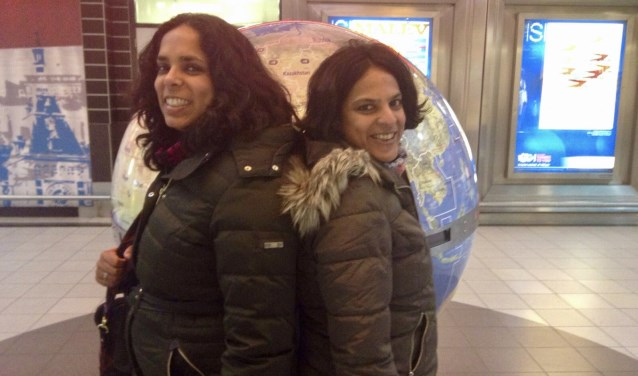 De vriendinnen Sita en Sharon blijken zussen van elkaar te zijn.