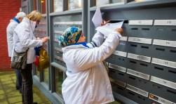 Fractieleden van Hart voor Hilversum deden zaterdag flyers in de bus om de informatieavond aan te kondigen. Foto: Bastiaan Miché