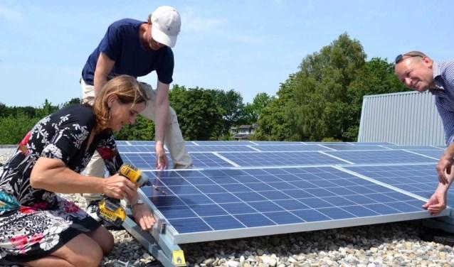Wethouder Van Vroonhoven sluit zonnepanelen aan in De Meent.