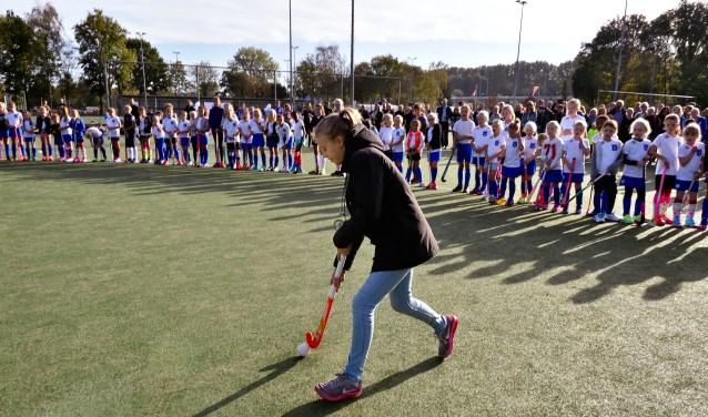 Kinderburgemeester Marit Engelberts slaat officiële eerste bal.