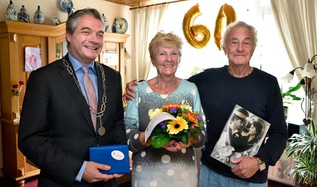 Het was gezellig met de burgemeester op bezoek. Meneer van Koningsveld liet de trouwfoto zien.
