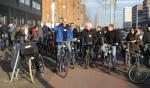 Energieke IJburgers op de fiets tijdens de duurzame tour van januari 2017. In het midden met blauwe jas René Dalmeijer van Natuurlijk IJburg.
