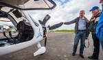 Vincent Kager, co-owner van Vliegschool Hilversum, vertelt belangstellenden trots over het elektrische vliegtuig.
