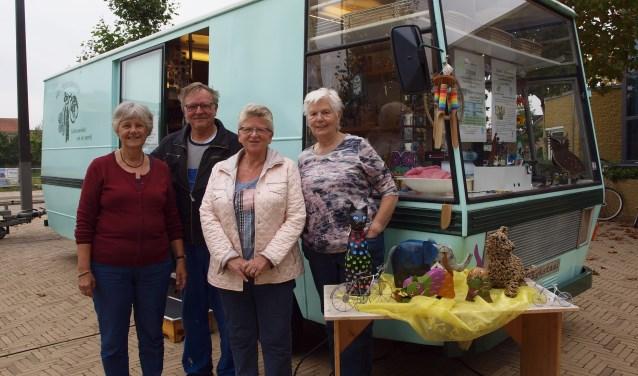 Voorzitter Els Nuisker, Jan Rijnierse, Hannie van Hoek en Relie voor de inmiddels turquoise winkelbus.