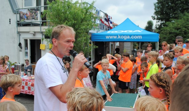 Na afloop van de kindertriatlon van vorig jaar: Koen Beenken vertelt de kinderen nog eens dat ze allemaal toppers zijn.