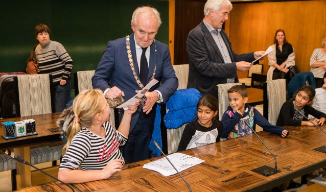 Burgemeester Broertjes en wethouder Van der Want namen de brandbrief in ontvangst van de kinderen die in maart het pand uit moesten vluchten.