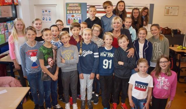 Zo wilde Nelly op de foto: midden tussen de kinderen in de klas.