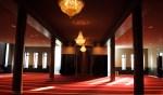 De gebedsruimte is een mix van traditionele elementen en technische snufjes. De ruimte oogt enorm, maar dat komt ook omdat er geen meubels in staan.