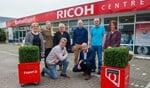 Het team van Kantoorexpert Huizen en Ricoh Centre voor de winkel aan de Nijverheidsweg.