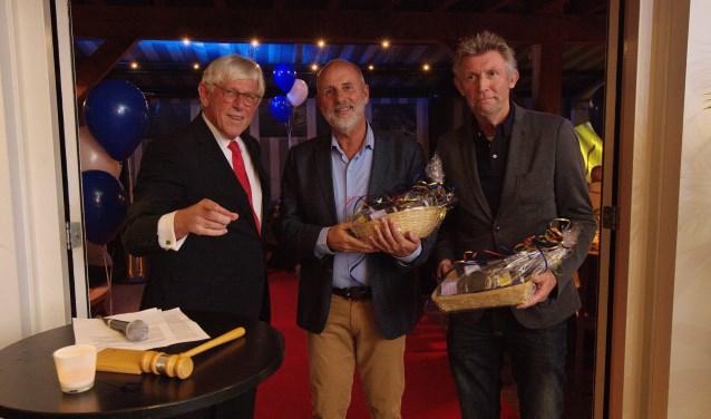 V.l.n.r. Ton Stam en WBV Laren-bestuursleden Hugo Behnken en Gerard van Diemen.
