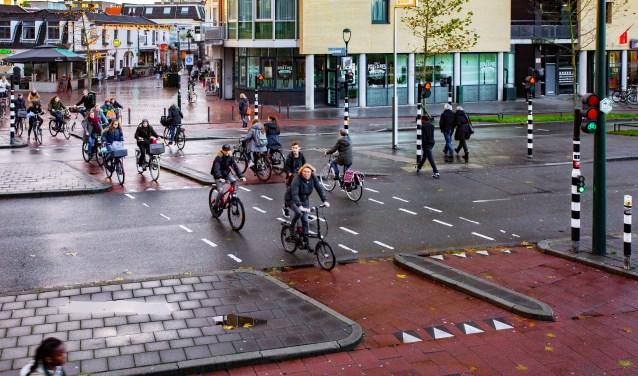 Gaan fietsers en voetgangers in de toekomst over een tunnelbak of komt er een oplossing op het maaiveld op de Schapenkamp?