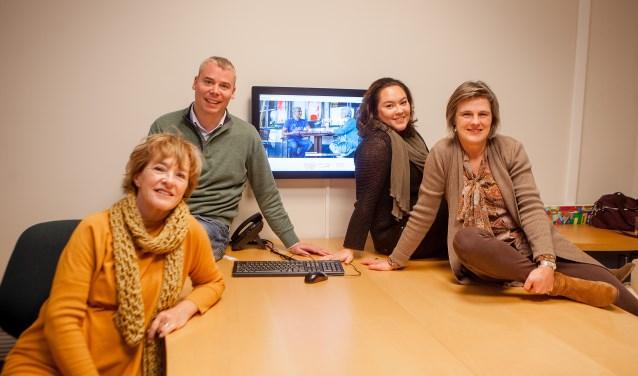 Van links naar rechts: Regina Bruins, Ewoud Linthorst Homan, Charlotte Tupang en Kristel Mensink van Vrijwilligerscentrale Huizen met tussen hen in de site Huizenvoorelkaar.nl.