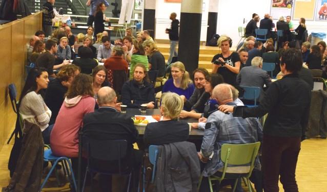 IJburgers praten in groepen over allerlei vormen van hulp voor de statushouders.