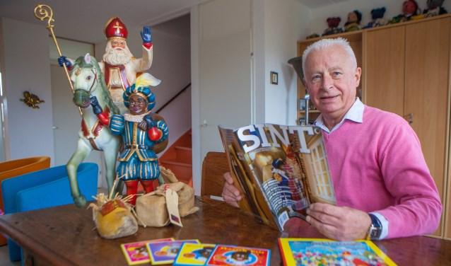 Jan Boesmans met enkele items uit zijn verzameling sinterklaasspullen.