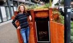 Janneke Verwey bij een van de drie wormenhotels op IJburg. Samen met Jeske Rutgers nam zij het initiatief om op IJburg GFT_afval gescheiden te kunnen aanbieden.