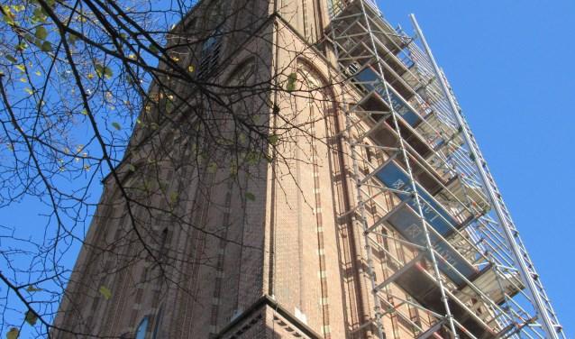 Een enorme stellage is tegen de 60 meter hoge kerktoren geplaatst.