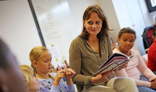 Voorlezen basisschool de avonturijn door wethouder vroonhoven