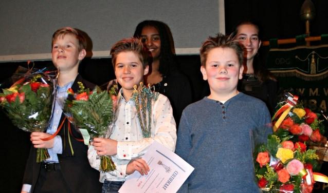 Winnaar Daan van Stee (midden) tussen de andere finalisten van 2017.